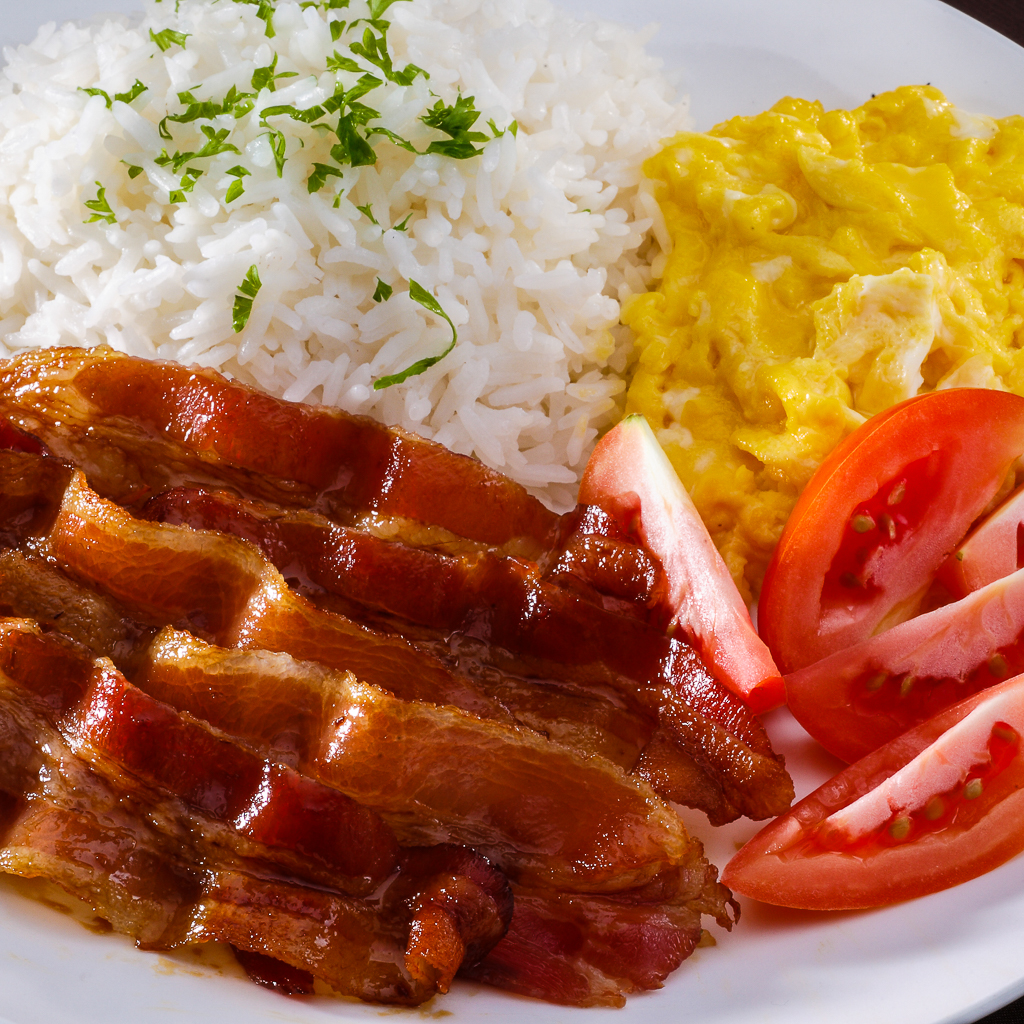bacon, scrambled egg, slices of tomatoes and rice